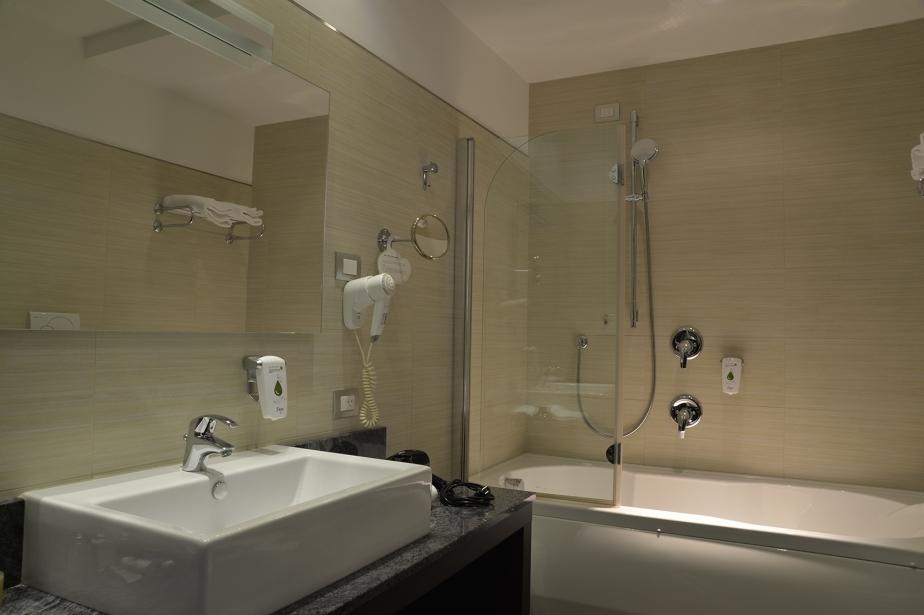 Docce con cromoterapia nei bagni delle camere emotion vicino Verona