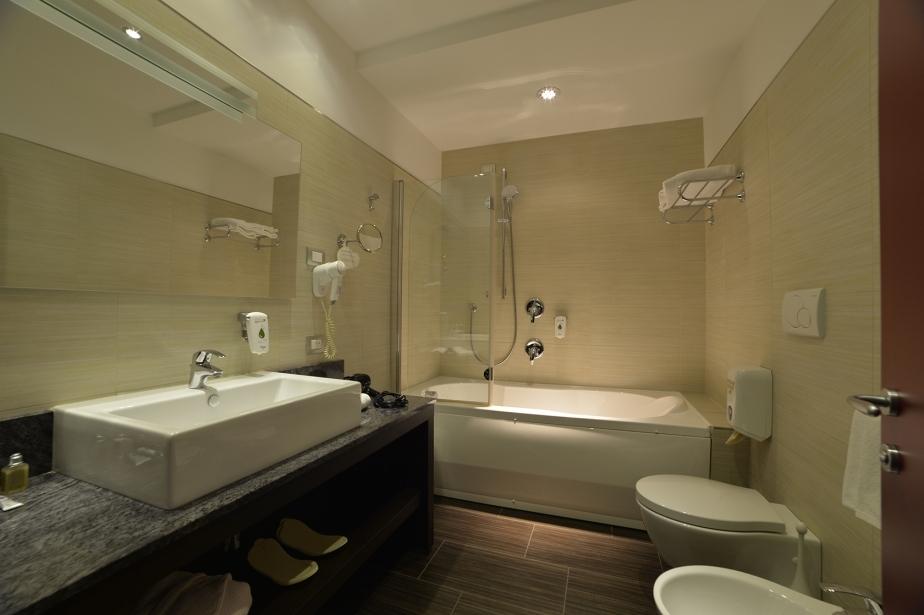 Ampi bagni con tutti i servizi al Soave Hotel