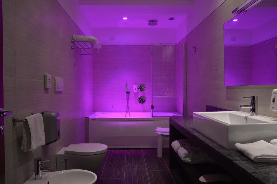 Docce con cromoterapia nelle camere di Soave Hotel