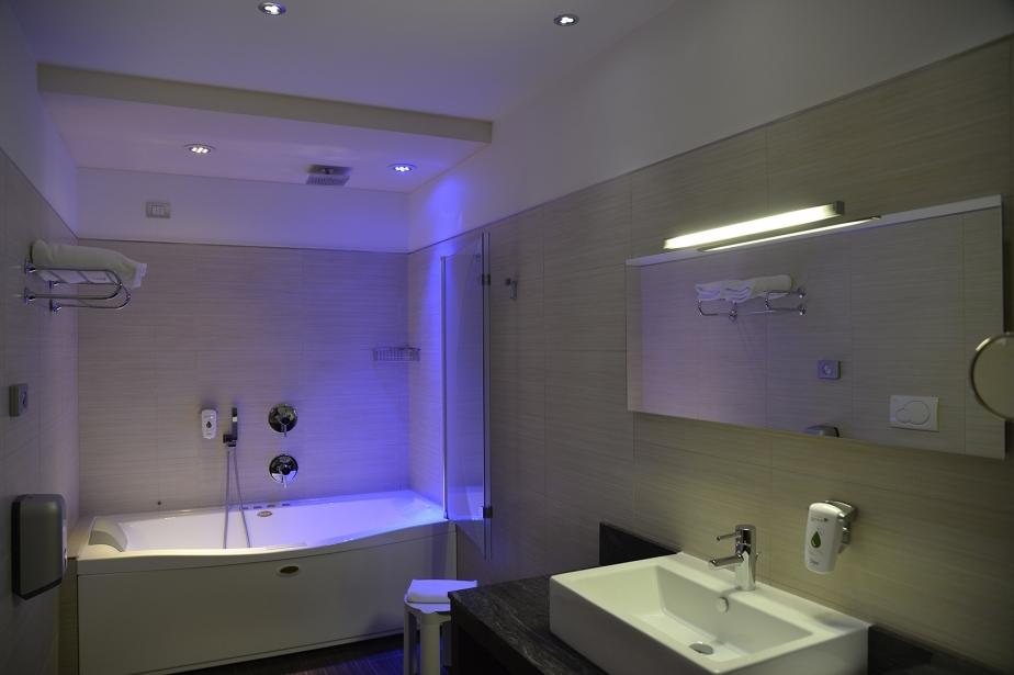 Luci e cromoterapia nei bagni delle camere di Soave Hotel